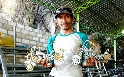 Kreatif, Pria di Lamongan Ini 'Sulap' Sampah Plastik Jadi Miniatur Moge